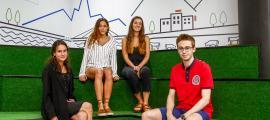 Els quatre estudiants becaris en un dels espais d'Actua Innovació a Caldea.