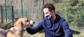 Pol Espargaró amb un dels cans que hi ha actualment a la gossera.