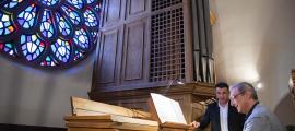 El director artístic del festival, Ignacio Ribas, al teclat de l'orgue de Sant Pere màrtir, sota la mirada del cònsol menor, Marc Pons.