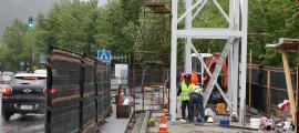Dos treballadors en les obres del pas elevat de l'Estadi Comunal, ahir.