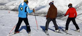Tres esquiadors a punt d'iniciar el descens a les pistes de Boí Taüll.