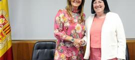La ministra de Cultura, Olga Gelabert, i la presidenta de la SAC, Àngels Mach, posaven aquest matí després de signar el nou acord.