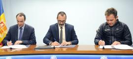 Baró, Filloy i Martisella van signar l'acord de col·laboració ahir a la tarda.