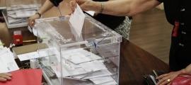 Un resident vota al Consolat espanyol en uns comicis anteriors.