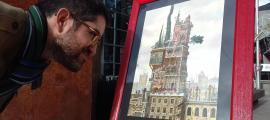 Casals contempla una de les il·lustracions de 'Nus als terrats', fins a l'1 de febrer al Museu del Còmic Joan Pieras de la Massana.