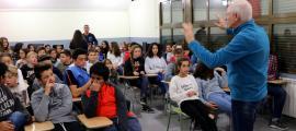 El director de 'CurtÀneu' explica el festival a alumnes de l'institut SES Morelló.