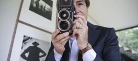 El galerista Pancho Saula, amb una Rolleiflex com les que feia servir Vivian Maier, al darrere.