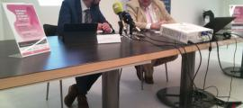 Josep Saravia i Marc Cornella van presentar els actes de la Setmana contra el càncer de mama a l'oficina de Vall Banc del carrer Unió.