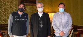 El bisbe Joan-Enric Vives va rebre dimecres a la Seu els promotors de la campanya, Quim Valera i Robert Lizarte.