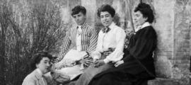 Caterina Albert, amb unes amigues a l'Escala natal a l'època de 'Solitud', publicada el 1905. Ja es feia dir Víctor Català.