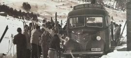 Un Fargo s'atura a la plaça Benlloch en el documental de Jean Castanyer (1948).