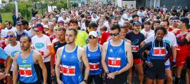 Els corredors esperant el tret de sortida de la cursa de 5 km, ahir al matí.