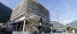 Les obres de la nova Seu de la Justícia ja vesteixen la façana de l'edifici.