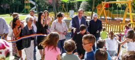Un moment de la inauguració de la reforma del Prat Gran, amb els infants neguitosos per accedir als espais de joc.