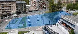 En blau, la zona on anirà el nou equipament: a continuació dels Arínsols, tres o quatre plantes soterrades; a la part de l'Areny, planta baixa i tres pisos. I tot per no afectar les visuals del Rosaleda.