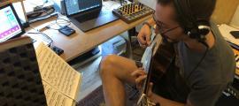El compositor i guitarrista repassa el programa de divendres al seu estudi escaldenc.