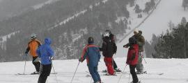 Un grup d'esquiadors a les pistes d'esquí del Principat.