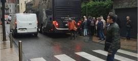 Els autobusos de gran tonatge amb turistes segueixen circulant pel centre històric.