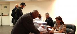 Electors dipositant el vot al consolat espanyol el primer dia habilitat per fer-ho.