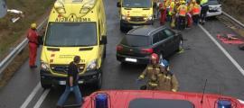 El lloc de l'accident amb els serveis d'emergències actuant.