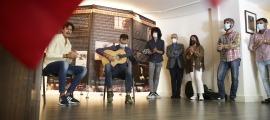 L'exposició sobre el genial guitarrista es pot visitar al saló d'actes de l'ambaixada d'Espanya. A la inauguració, una mica de 'cante'