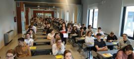 Un grup d'alumnes abans d'iniciar els exàmens a la Seu d'Urgell.