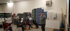 Els responsables de l'empresa alturgellenca van lliurar l'aportació durant una visita al Centre Especial de Treball.