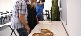 Robert Lizarte, Isabel de la Parte i Mireia Tarrés observen algunes de les peces que s'exposaran a partir de dissabte a les Jornades.