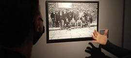 Visita de Valls Taberner, al centre de la imatge i envoltat de lauredians, entre els quals Francesc Cairat.