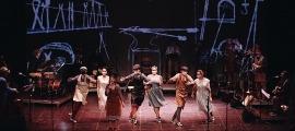 Els dansaires de l'Esbart Laurèdia van ballar amb mascareta. L'escenografia la firma Carles Berga, el mateix de 'Bohemios'.
