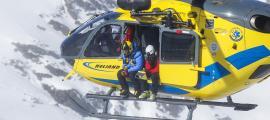 Equips de rescat de muntanya en una intervenció.