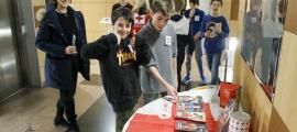 Alguns dels alumnes que van promoure el projecte al Centre de Congressos, ahir.