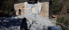 Les pedres del campanar ensorrat el 20 de desembre es van cobrir amb una lona i la nau es va apuntalar. La fotografia és del febrer.