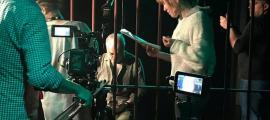 Elisabet Terri, amb el guió a les mans, i Roberto Álvarez, rere els barrots, al rodatge de 'Vesania', que va tenir lloc els dies 13, 14 i 15 de maig a les Fontetes.
