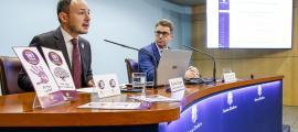 El ministre Xavier Espot i el portaveu d'Andorra Telecom, Carles Casadevall, en la presentació de la campanya, ahir.
