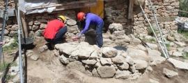 Tècnics de Patrimoni inspeccionen la base del campanar: això era al maig.