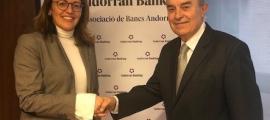 La directora de l'ABA, Esther Puigcercós, i el president de Càritas, Amadeu Rocamora.