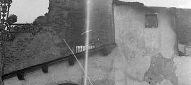 La matinada del 9 de setembre del 1972 els bombers intenten controlar l'incendi que ha devastat el santuari vell.