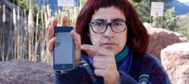 Anna González mostra com la xarxa andorrana apareix amb cobertura en una pedrera a la carretera que va cap a la Guàrdia d'Ares.