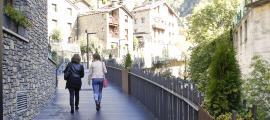 Els homes caminen una hora més de mitjana que les dones.