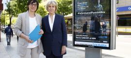 Les responsables d'Unicef Andorra amb un cartell que anuncia la campanya.