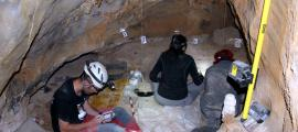 Tres persones cavant a la cova dels Tritons, al municipi de Senterada, al Pallars Jussà.