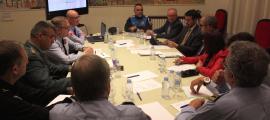 La junta de seguretat de la Seu d'Urgell durant la reunió que va mantenir ahir al matí.