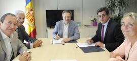 La firma del conveni entre el Govern i la CEA.