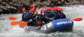 Una barca de ràfting baixant pel riu Noguera Pallaressa a mitjans del mes de març.