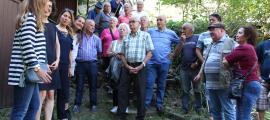 La consellera de Gent Gran del comú, Sandra Tomàs, parla amb els usuaris dels horts del Sucarana
