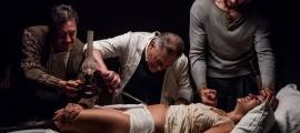 Greta Fernández i Roger Casamajor, en una escena de 'El fred que crema'.
