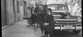"""El 6 de setembre del 1953: """"Dia de bateig a ca l'Espiell"""". Aquesta és la lacònica anotació que Francesc Pantebre va deixar al negatiu d'aquesta estupenda fotografia. Ca l'Espiell és l'edifici de l'esquerra, recentment enderrocat."""
