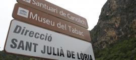 'Canòlich' ha de ser 'Canòlic', segons el Nomenclàtor del 2010, l'únic publicat i per tant avui vigent, però la grafia oficial no la fa servir ni el Govern. Els casos de 'Juverri' i 'Aubinyà' són idèntics al de 'Canòlic', però el Govern s'agafa a un acord del 2011 per utilitzar la grafia sediciosa, que mai no ha publicat oficialment.