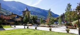Els jardins de Casa de la Vall, des de l'antiga Casa del Benefici, i l'aparcament de l'antic Casino, quan era un projecte.
